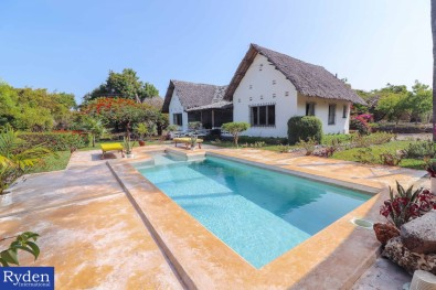 Lovely Makuti thatched bungalow with a Poo...